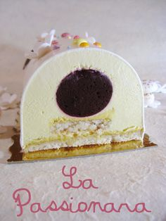 Bûche Noël - La Passionara (passion- chocolat blanc- coco- cassis