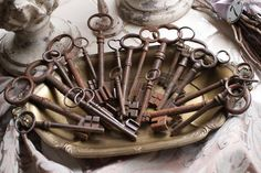 Vintage tray / bowl for displaying your collection of. old keys. Antique Keys, Vintage Keys, Vintage Decor, Under Lock And Key, Key Lock, Antique Shelves, Old Keys, Key To My Heart, Pretty Box