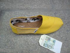 Toms shoes pair of the Toms shoes is mainly covered by canvas* which is made out of cotton and post-consumer plastic waste. Toms is willing to recycle the waste and turn it into production materials. shoes insole is made out of pig suede Toms Boots, Men's Toms, Shoe Boots, Toms Shoes Sale, Cheap Toms Shoes, Toms Sale, Me Too Shoes, Tom Shoes, Shoes