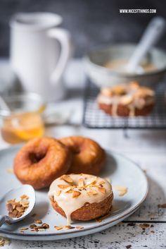 Honig-Donuts mit Honigglasur und gerösteten Mandeln   Nicest Things - Food, Interior, DIY: Honig-Donuts mit Honigglasur und gerösteten Mandeln