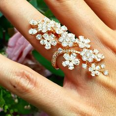 Does gardening get any better than this? Tag someone who loves diamond flowers as much as we do 🌸💎 Fairy Jewelry, Gems Jewelry, Cute Jewelry, Jewelry Art, Jewelery, Jewelry Design, Unique Jewelry, Gold Finger Rings, Gold Ring