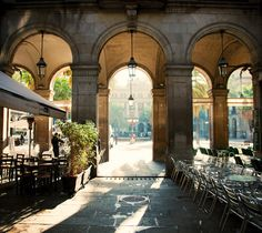 Placa Reial in Barcelona - A must for anyone looking for traditional Spanish and Catalan restaurants. And it is home to some of the best bars in Barcelona