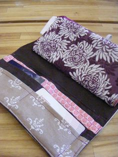 The Complete Guide to Imperfect Homemaking: DIY Wallet for Cash Envelope System Budgeting {Tutorial}.need zippers now. Diy Pouch No Zipper, Diy Wallet, Wallet Tutorial, Diy Coupon Organizer Wallet, Cash Wallet, Diaper Bag Purse, Diy Purse, Diy Pocket Books, Money Envelope System