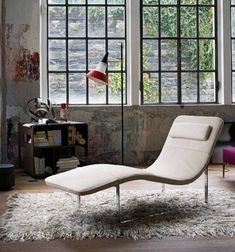 A little oasis of chic is created in this relaxation and reflection area with the installation of a modern cream chaise lounge–ideal for coming up with ideas for the next artistic masterpiece!