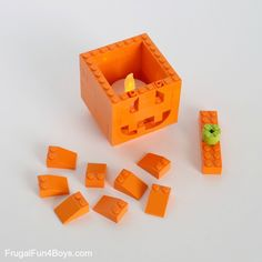 How to Build Pumpkin Lanterns with LEGO Bricks – Frugal Fun For Boys and Girls Lego Projects, Projects For Kids, Crafts For Kids, Halloween Lego, Lego Pumpkin, Lego Food, Van Lego, Lego Challenge, Lego Display