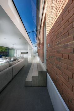 This modern extension features a wide glass link that connects it to the original house, while three wooden steps make the transition between the two spaces easily accessible. House Extension Design, Glass Extension, Roof Extension, House Design, Bungalow Extensions, House Extensions, Hong Kong House, Wooden Steps, Bungalow Renovation
