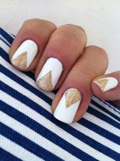 White and gold nails Upeat valkoiset kynnet, joissa kultainen glitter koriste.