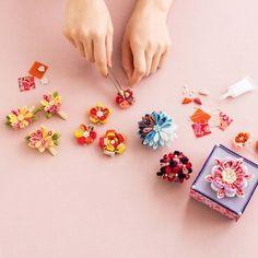 日本の美意識と季節感を伝えてくれる、端正な「和の花」たち。 ちりめんで形にする和の趣 四季折々つまみ細工のお花の会