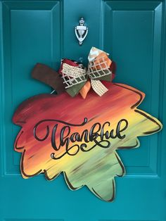 Fantastic Pics Fall Leaf Painted Door Hanger Concepts Your individual door hanger Sure, the classic is needless to say the door pendant, where on the lead Fall Wood Crafts, Thanksgiving Crafts, Holiday Crafts, Halloween Wood Crafts, Preschool Fall Crafts, Rustic Crafts, Holiday Decor, Burlap Door Hangers, Fall Door Hangers