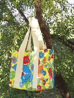 Bolsa retornável em chita para ir ao mercado com uma estampa vistosa