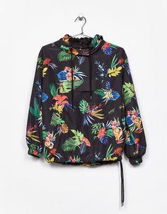 """Nailoninis atogrąžų rašto džemperis su gobtuvu. Atraskite šią ir dar daugiau prekių """"Bershka"""" parduotuvėje, kurioje kas savaitę pristatomi nauji gaminiai"""