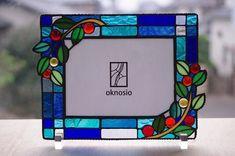 赤い実のステンドグラス写真立ての画像1枚目 Stained Glass Frames, Modern Stained Glass, Stained Glass Designs, Stained Glass Patterns, Glass Picture Frames, Funny Tattoos, Travel Design, Diy Photo, Plywood Furniture