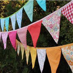 Bom dia!!! Ideia fofa para deixar sua festinha um charme. Bandeirolas de tecido…