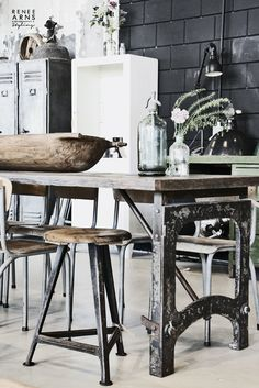 I bet everybody loves an industrial kitchen style. It's aesthetically pleasing even if not the most popular trend in kitchen design. Vintage Industrial Furniture, Industrial Living, Industrial Interiors, Industrial Windows, Industrial Apartment, Industrial Chair, Industrial Office, Industrial Wallpaper, Industrial Bookshelf