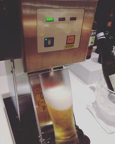예전에 #일본 에 가게 되면 항상 이 #맥주 기계를 보고 감탄했었다. 요즘엔 한국에도 많이 있어 덜 놀랍지만 신통하다.  #도쿄 #하네다 #공항 #일본항공 #사쿠라 #라운지 #술스타그램 #여행 #여행스타그램  #Japan #Tokyo #Haneda #international #airport #JAL #sakura #lounge #beer #machine #trip #travel by yosupshim