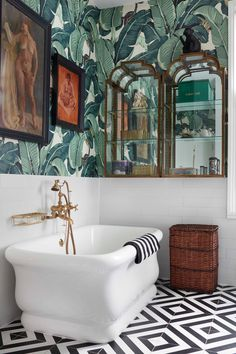 The famous Beverly Hills Hotel's Martinque wallpaper hangs over Faith's bathtub, a gift from Soho House founder Nick Jones from when Faith cut her maternity leave short to perform at a Soho House opening event for her friend. Tropical Bathroom Decor, Eclectic Bathroom, Bathroom Interior Design, Interior Design Wallpaper, Rv Interior, Interior Modern, Minimalist Interior, Kitchen Interior, Bad Inspiration