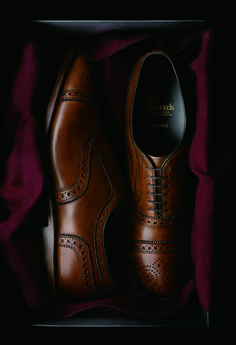 Surprisingly, there's a lot to know about shoes. As a gentleman, you don't need to know everything, but you should make sure you know a little more than most. Buying quality is what gentlemen do! Der Gentleman, Gentleman Shoes, Gentleman Style, Sharp Dressed Man, Well Dressed Men, Men Dress, Dress Shoes, Mode Shoes, Allen Edmonds