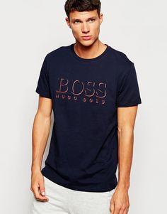 T-Shirt mit Druck von Hugo Boss weiches Baumwolljersey Rundhalsausschnitt Logodruck im Brustbereich reguläre Passform - entspricht den Größenangaben Maschinenwäsche 100% Baumwolle Model trägt Größe M und ist 188 cm/6 Fuß 2 Zoll groß