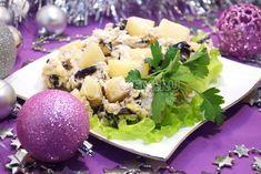 Этот нежный и вкусный салат с курицей, ананасами и черносливом станет желанным гостем на любом праздничном столе, а приготовить его довольно легко.
