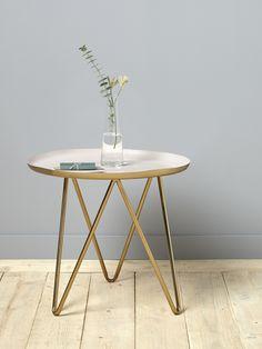 Douce alliance du rose et du doré. La petite table impose son design chic et actuel.DétailsDiam. 48 cm env. Haut. 44 cm.MatièresPlateau en métal pein