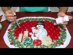 Individuales Navideños con bordado líquido - YouTube Ideas Para, Holiday Decor, Christmas, Crafts, Pintura Country, Runners, Videos, Youtube, Placemat