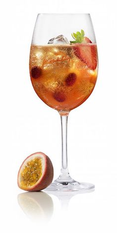 Summer drinks with Aperol Sommerdrinks mit Aperol The classic Aperol Spritz with a fruity twist Aperol Drinks, Easy Cocktails, Summer Cocktails, Cocktail Drinks, Alcoholic Drinks, Fancy Drinks, Winter Drinks, Healthy Starbucks Drinks, Long Drink
