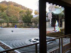 手前は黒御影石のオブジェの台座  黒御影は鏡面仕上しており  夜のオブジェを幽玄に演出する  Light up 2002 of Higashiyama, Kyoto Kodai-ji Temple spring