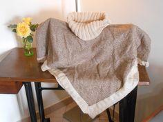 Mantella con collo e bordi in lana.