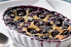 La clafoutis di mirtilli è un dessert francese davvero delizioso e facilissimo da preparare