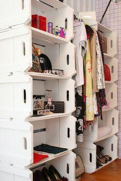 Caixotes de feira como closet! Para soluções em organização como essa, contrate a Brinco de Casa! www.brincodecasa.com #personalorganizer #organizacao