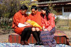 Los Reyes de Bután presentan orgullosos a su bebé