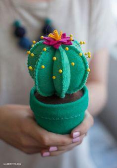 How to Make a Felt Cactus Pincushion - Lia Griffith Easy Felt Crafts, Felt Diy, Fabric Crafts, Sewing Crafts, Cactus Craft, Cactus Decor, Cactus Cactus, Indoor Cactus, Felt Pincushions
