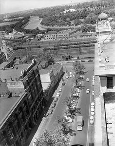 Forum topic: Historic photo of the day Melbourne Architecture, Melbourne Victoria, Urban Planning, Historical Photos, Old Photos, Paris Skyline, City Photo, Australia, 1950s