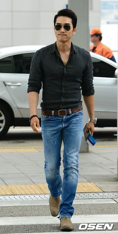 Korean actor Song Seung-hun wore an American look when leaving for Shanghai to attend a Chinese film event Friday, June (OSEN) A … Handsome Korean Actors, Handsome Asian Men, Song Seung Heon, Korean Star, Korean Men, Park Hae Jin, Daniel Henney, Soul Songs, Herren Outfit