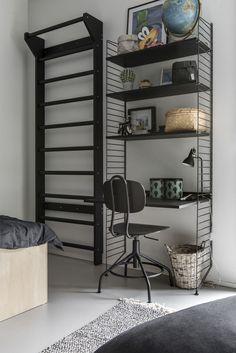 Living Room Scandinavian String System - The home of ten smart ideas. Rustic Wooden Bench, String Regal, String Shelf, Interior Decorating, Interior Design, Smart Home, Boy Room, House Colors, Kids Bedroom