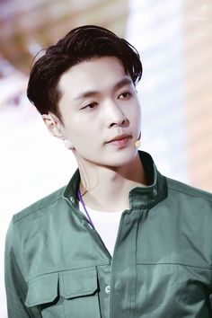 Lay found fame as a child actor in China, performed for a short time with Shinee before going solo, then joined K-pop mega band Exo. He is known for his generosity, setting up foundations and giving to good causes. Lay Exo, Suho Exo, Exo Ot12, Got7, Exo News, New Year Meme, 5 Years With Exo, Exo Korean, K Pop Star
