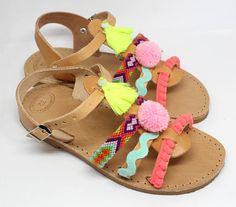 Sandales dété. Sandales pour filles. Sandales plates en fluo.
