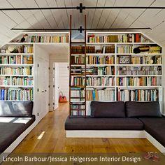 Hier lässt es sich gut aushalten: eine großzügige Bücherwand bietet genug Platz, um alle Literaturperlen und Flohmarktfunde zu präsentieren, Fächer unter…