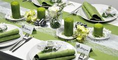 Romantische Tischdeko zur Hochzeit im Vintage-Look in Grün mit weißer Spitze. Alle Artikel zu diesem Deko-Beispiel hier online bestellen.