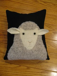 Really want fantastic suggestions on arts and crafts? Go to this fantastic site! Applique Cushions, Wool Applique, Applique Quilts, Sewing Art, Sewing Crafts, Quilting Projects, Sewing Projects, Sheep Crafts, Sheep Art