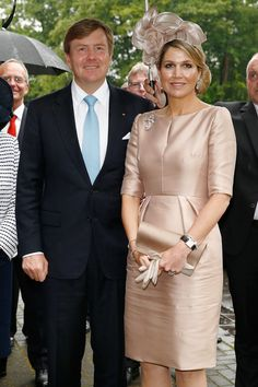 Queen Maxima Photos - King Willem-Alexander and Queen Maxima of The Netherlands arrive at MMID on May 2014 in Essen, Germany. The Royal couple is on a two-day visit to Germany. 60 Fashion, Hollywood Fashion, Royal Fashion, Fashion Outfits, Womens Fashion, Chic Dress, Classy Dress, Elegant Dresses, Beautiful Dresses