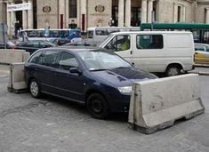 These 34 of the best bad parking jobs got instant revenge from the people who won't tolerate worst parking. These people thought they could get away with their bad parking jobs, but they had another thing coming. Smart Auto, Funny Texts, Funny Jokes, Hilarious, Funny Images, Funny Photos, David Und Goliath, Lama Faché, Bad Parking
