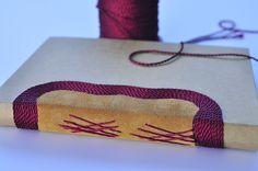 Agenda em couro e linha, com costura romanesca.