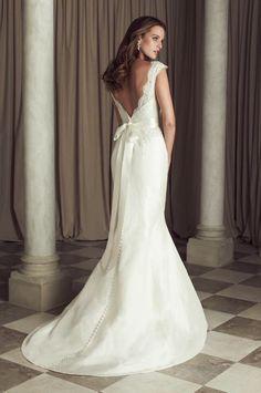 Elegante trouwjurk van mat satijn & kant met v hals en v rug