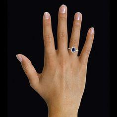 Entourage ring in rood goud met ovale saffier en ronde diamanten