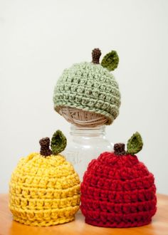 baby apple hats - so cute! I've got red apples for a picnic basket! Crochet Kids Hats, Crochet Cap, Crochet Beanie, Love Crochet, Crochet Crafts, Crochet Projects, Knitted Hats, Baby Crafts, Crochet Accessories