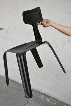 Une chaise légère et déco, faite en aluminium et créée par le designer Harry Thaler. La chaise est très légère grâce à l'aluminium, mais est quand même très résistante pour supporter le poids d'un humain. Seulement 2,5mm d'épaisseur !