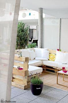 Espaços em varandas decorados com paletes