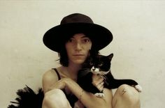 """Patti Smith the """"Godmother of Punk"""" has been a cat lover for decades. In the documentary """"Patti Smith: Dream of Life"""" she sings softly to her feline. Patti Smith, I Love Cats, Cool Cats, Patricia Highsmith, Celebrities With Cats, Celebs, Son Chat, Gatos Cats, Cat People"""