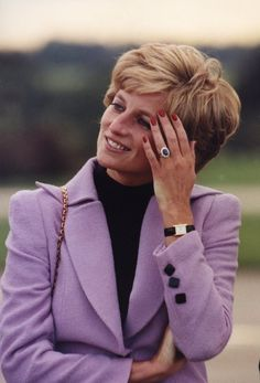 The world's most beautiful Princess Diana said the British (Diana) Princess and her favorite Cartier Tank watch : A unique design , simple and clean yet elegant for such a beautiful women Lady Diana Spencer, Princesa Diana, Royal Princess, Princess Of Wales, Princess Diana Ring, Tank Watch, Diana Fashion, Royal Fashion, Retro Mode